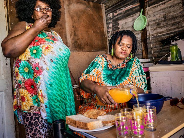 3fb93de2 Sør-Afrika, Cape Town. Khayelitsha township: Grace og Angel spiser brød, en  kjøttrett og drikker brus med høyt sukkerinnhold. På spørsmål om de spiser  frukt ...